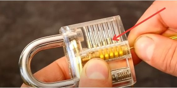 Como abrir una cerradura con un clip