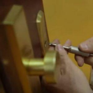 ¿Cómo hace un cerrajero para abrir una puerta?