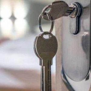 ¿Cómo abrir puertas con las llaves dentro?